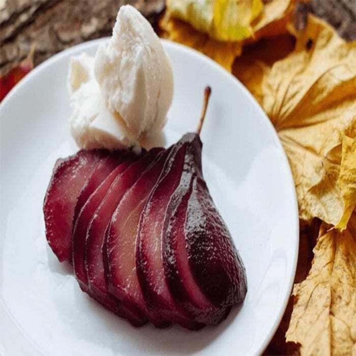 Birnen in Rotwein an Vanilleeis