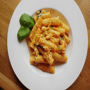 Sämiger Thunfisch mit Tomaten und Käse Sauce