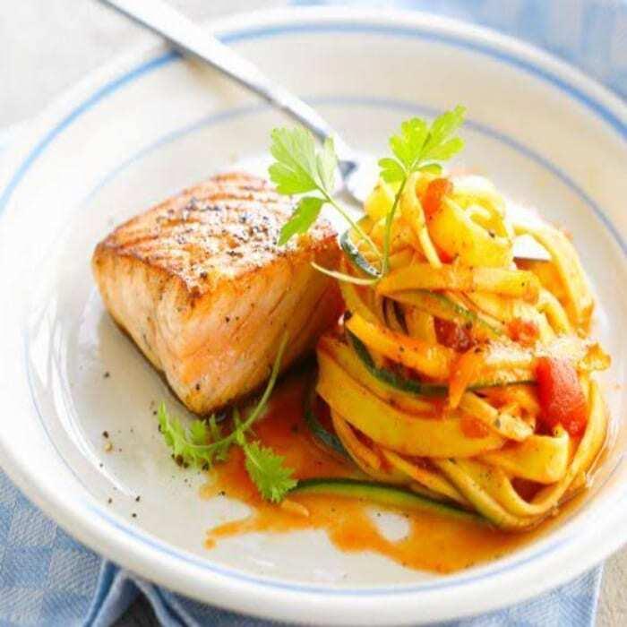 Lachs mit Zucchini und Tomaten