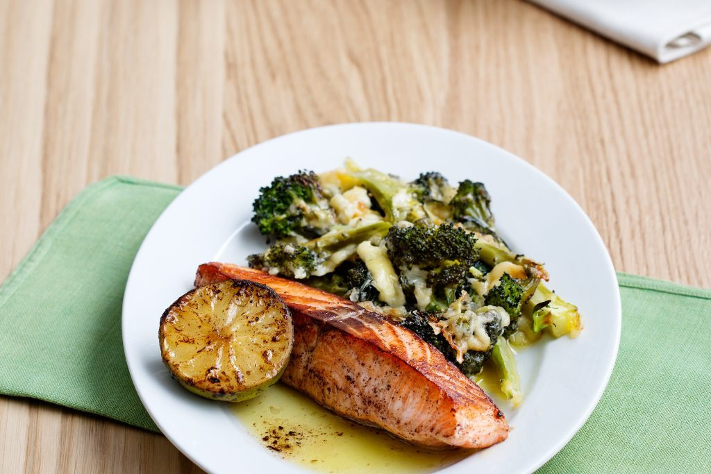 Keto gebratener Lachs mit Brokkoli