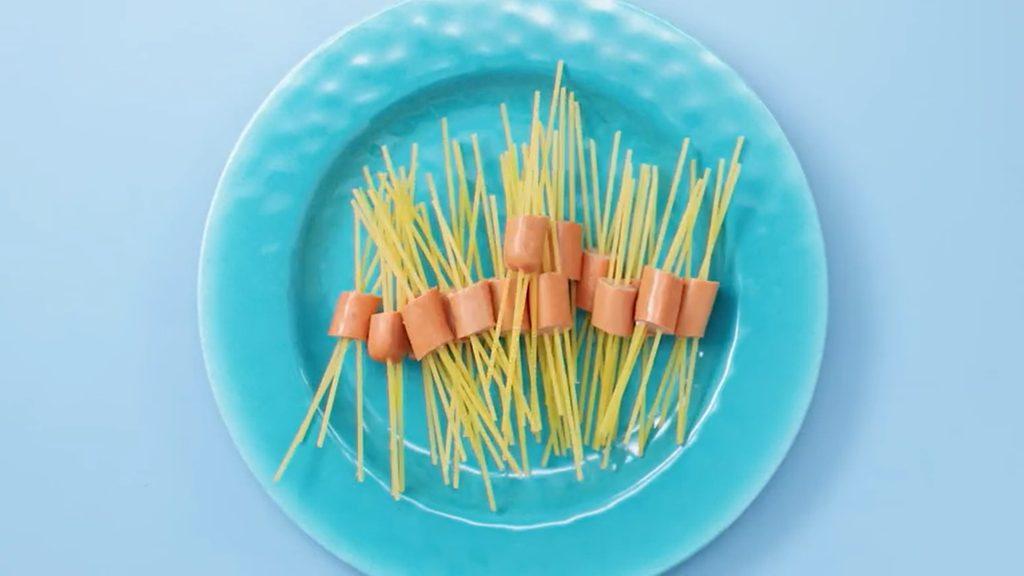 Spaghetti mit Würstchen und Tomatensoße Rezept