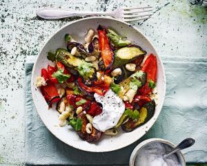 Mediterranes gebackenes Gemüse mit Joghurt